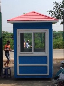 Nhà bảo vệ màu xanh dương, mái đỏ bằng vật liệu composite